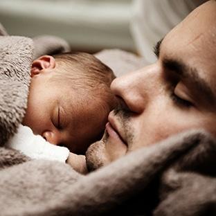 Congé paternité allongé : un mois pour les papas